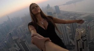 Kitiltották a szexi modellt a felhőkarcolókból