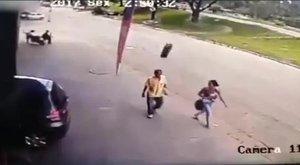 Horrorisztikus videó: hátulról ütötte ki a gumiabroncs