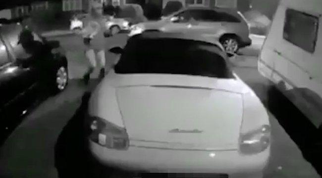 Undorító: saját ürülékét kente a luxuskocsira - videó
