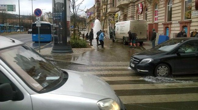 Két és fél méteres magasságban tör fel a víz a Széll Kálmán téren (képek)