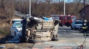 Az első képek a halálos áldozatot követelő perbáli balesetről
