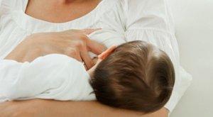 Munkamegosztás: anyu és anyu szoptatja a csecsemőt