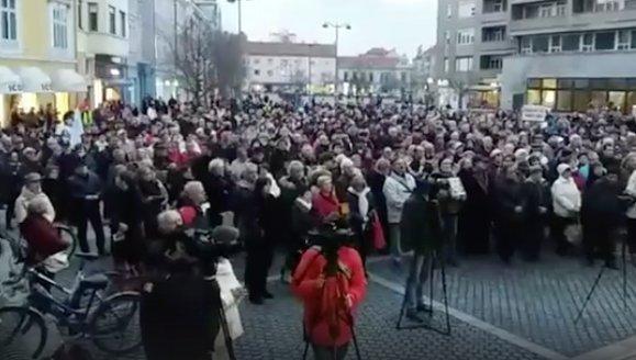Hatalmas tömeg tüntet ezekben a percekben is Jordán Tamás mellett