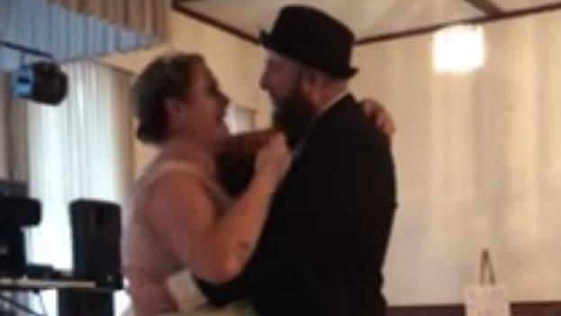 Könnyfakasztó, ahogy a család pótolni próbálja a halott apát az esküvőn – videó