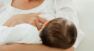Bizarr hirdetés: testépítőknek kínál anyatejet a nagymellű nő