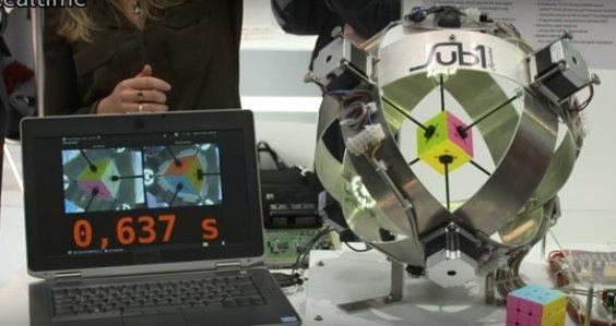 Nem semmi! Fél másodperc alatt kirakja a robot a Rubik-kockát