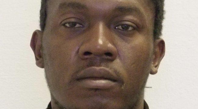 A szökésben levő erőszakoló kameruni focista maga is apuka