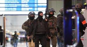 Baltával támadt a düsseldorfi pályaudvaron - 5 sérült, köztük egy 13 éves lány