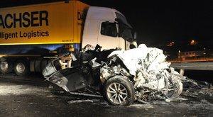 Horror baleset: összeütközött egy személyautó és egy kamion a Bécsi úton – fotók