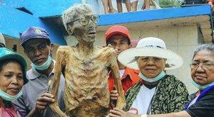 Bizarr hagyományok: halottakkal vonulnak fel az indonézek