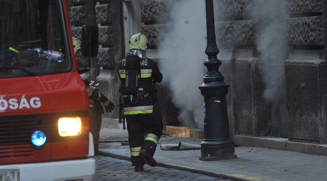 Lángra lobbant egy pince Budapest belvárosában - fotók