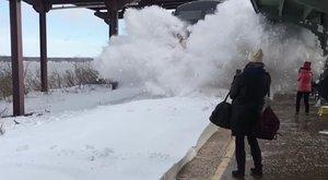 Ha tanácsolhatnánk:ha méteres a hó, ne videózzukle a megállóba érkező vonatot!