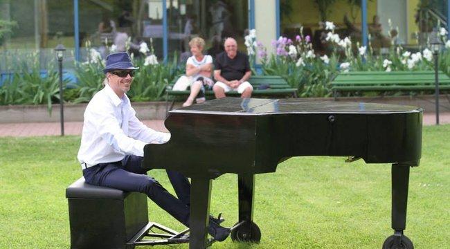 Rakétazseni tervezte Mr. Piano száguldó zongorát