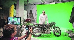 A valóság határán motorozik Caramel