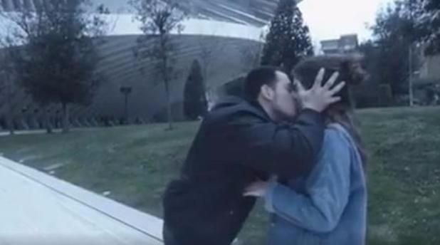 Egy videóbloggert az utcán lopott csókok emeltek fel, majd süllyesztették a mélybe