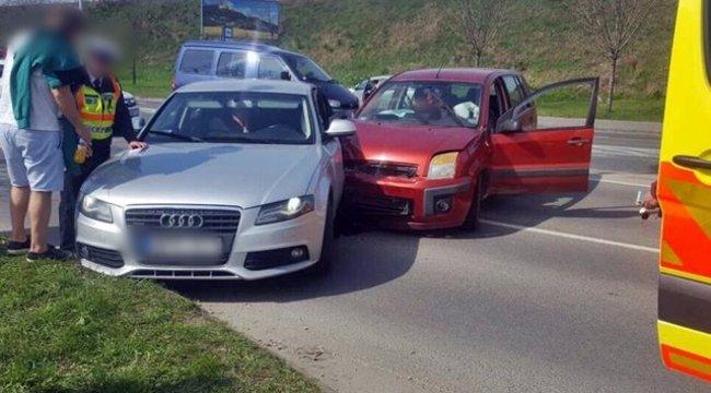 Baleset a Rákóczi hídnál: a forgalommal szembe hajtott egy autós – képek