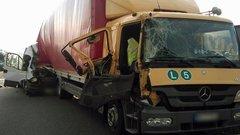 Két kisteherautó ütközött az M1-esen– fotó