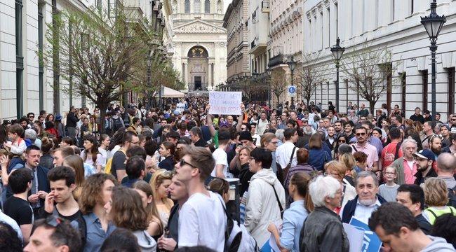 Tülekedés a Parlament előtt a CEU-pártitüntetés után