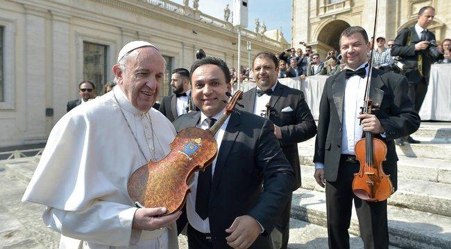 Hatalmas megtiszteltetésben részesítette Ferenc pápa Mága Zoltánt