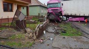 A sofőr elaludt, a rózsaszín kamion mindent letarolt - fotók