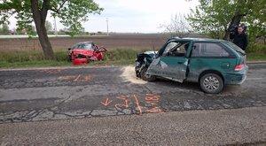 Brutálisan összetörtek az autók a bugyi frontális balesetben - fotók