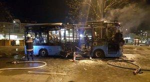 Kigyulladt egy busz a Széll Kálmán téren