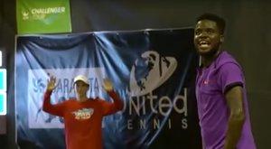 Szexelők zavarták meg a teniszmeccset – videó
