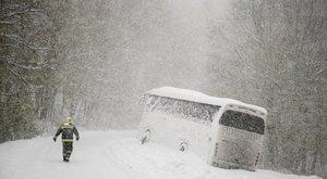 Egyre nagyobb a káosz az országban a havazás miatt – képek