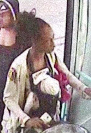 Halott csecsemőjével szállt fel a helyi buszra, még telefonálgatott is