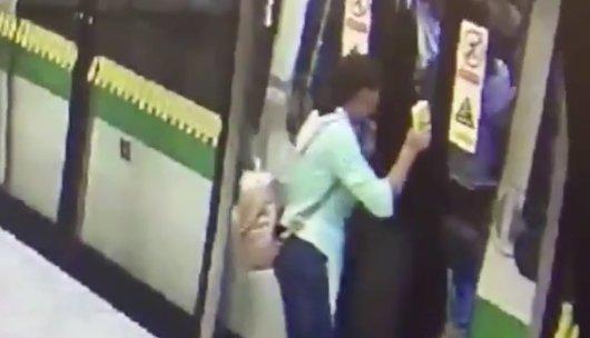 Minden anya rémálma: metróban maradt a kisbaba - videó