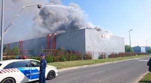 Lángol egy gyógyszerraktár Budaörsön - fotók