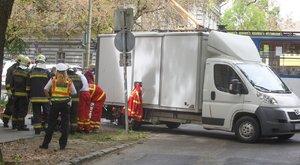 Életét vesztette a férfi, akit a villamossal ütköző kisteherautó gázolt el