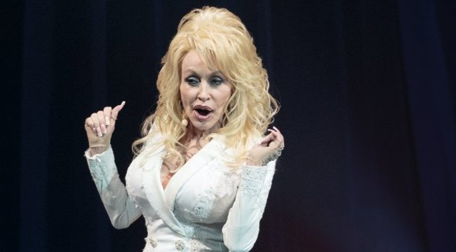 Rokonával szexelt Dolly Parton
