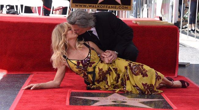 Goldie Hawn és Kurt Russell csókkal avatták fel csillagjukat