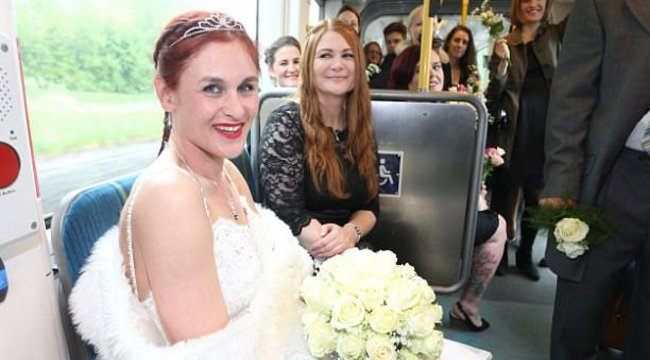 Limuzin helyett villamosozott a menyasszony - fotók