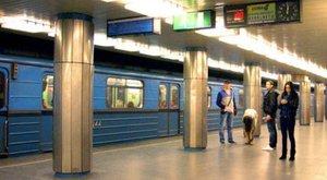 Füstölt a 3-as metró, leszállították az utasokat