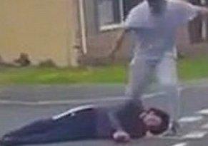 Berágott a másik sofőrre, a földön rúgta a fejét