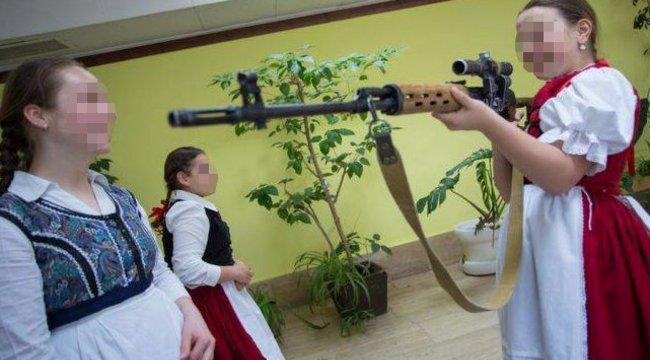 Botrányos képek:gránátvetőt adtak a kislányok kezébe