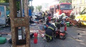 Letarolta a pesti buszmegállóban várakozókat az autós, egy halott, sok sérült – képek