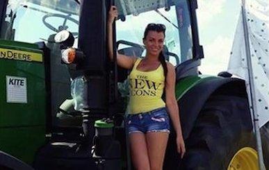 Szépségversenyen indulnak a traktoros lányok - fotók