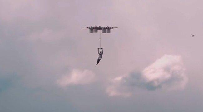 Nézze meg a világ első drónos ejtőernyős ugrását - videó