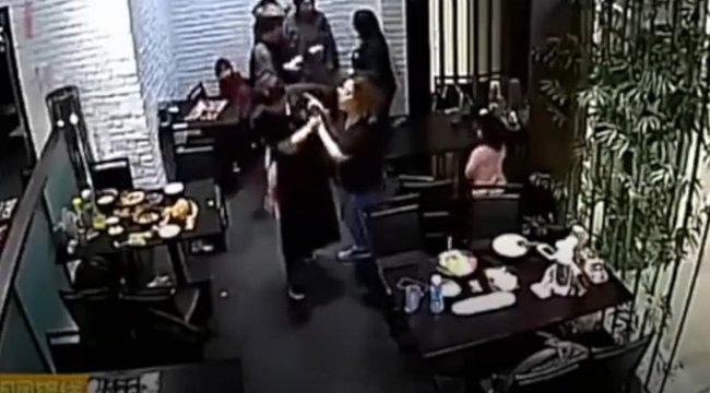 Kegyetlen verekedés tört ki, mert a kislány megzavart egy randit - videó