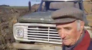 Megható: temetéssel búcsúzott teherautójától - videó