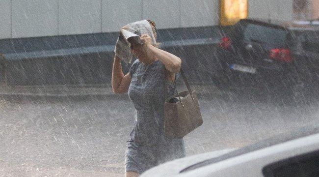 Így áll a víz a Mammut bevásárlóközpont két épülete között – videók, képek a monszunról