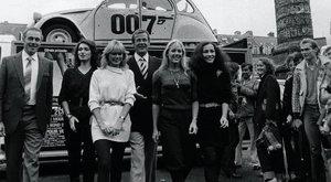 Siratják Moore-t a Bond-lányok