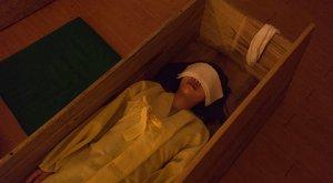Koporsóba fekszenek, hogy barátkozzanak a halállal