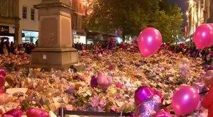 Így virrasztottak Manchesterben a terror áldozataira emlékezve - megható fotók