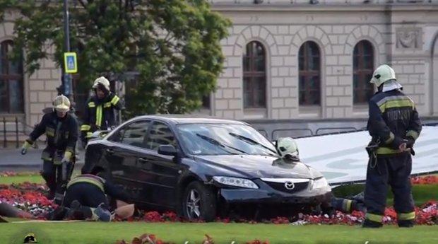 A Clark Ádám téri virágágyásban kötött ki az autó