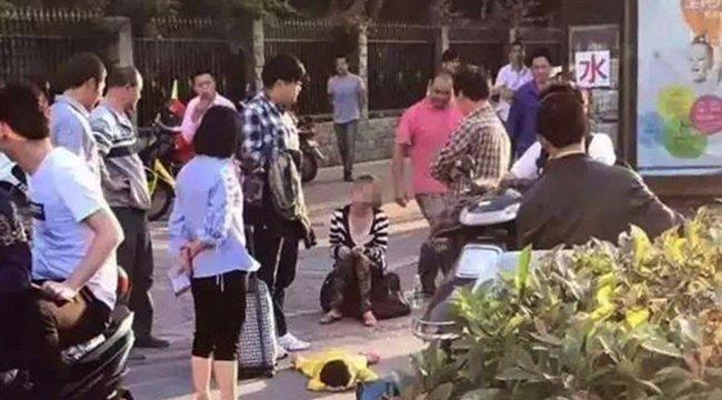 2 éves földön fekvő gyereke hátába lépett, a rendőrség meglepően kezelte az ügyet