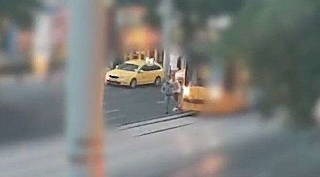 Több embert és egy villamost is bántalmaztak - keresi őket a rendőrség